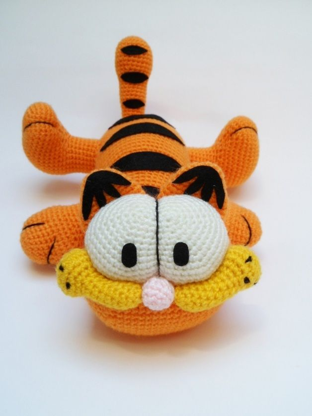 Peluche de Garfield tejido a mano a ganchillo y relleno de fibra siliconada antialérgica.  Mide aproximadamente 30cm de largo
