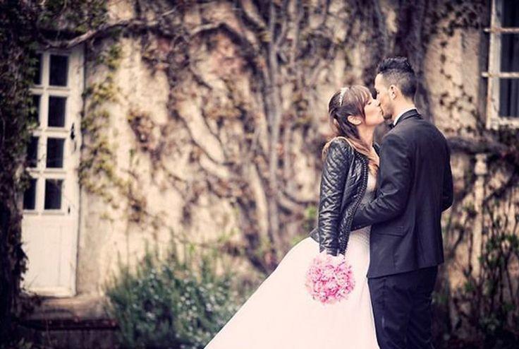 Este año se llevan las novias rockeras!  http://www.unabodaoriginal.es/blog/de-la-cabeza-a-los-pies/complementos-de-novia/novias-con-biker-jacket