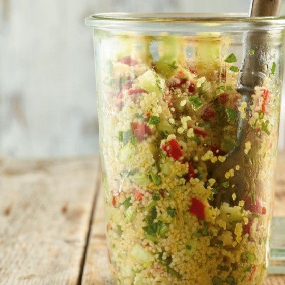 Couscous-Salat - mein absoluter Favorit für diesen Sommer! Ich mach gern noch Chili und Harissa ran für die richtige Schärfe ;-)  Dazu passen Buletten/Frikadellen und Kräuterquark oder Tzaziki