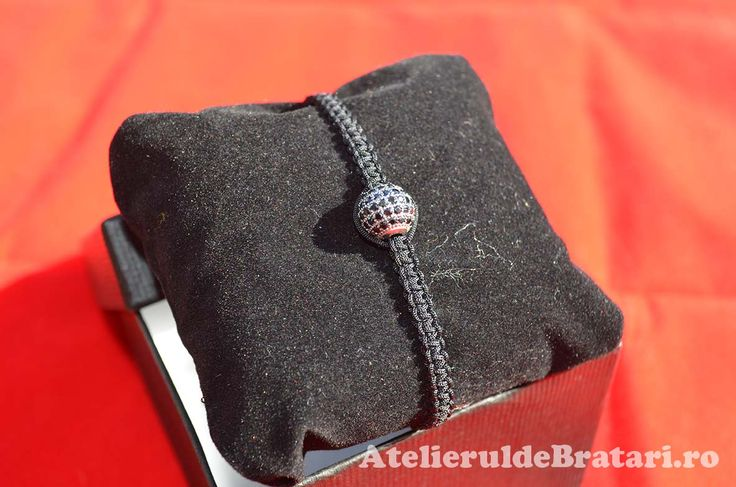 Bratara macrame cu 1 bila de argint 925 cu cristale Zirconia de 10mm este impletita manual.  Bratara macrame cu 1 bila de argint 925 cu cristale Zirconia de 10mm este ambalata intr-o cutie cadou si poate fi cadoul ideal pentru o zi aniversara sau onomastica.