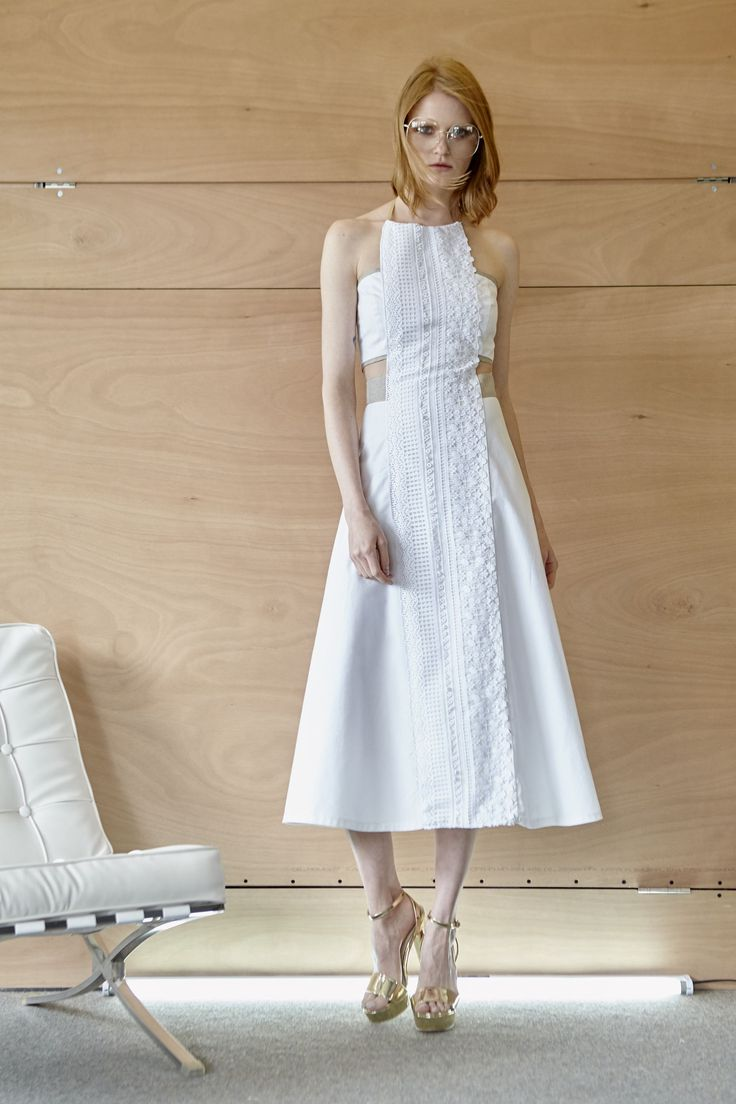 Midi φόρεμα από λευκό πικέ, με βαμβακερή δαντέλα εμπρός και άνοιγμα στην πλάτη.