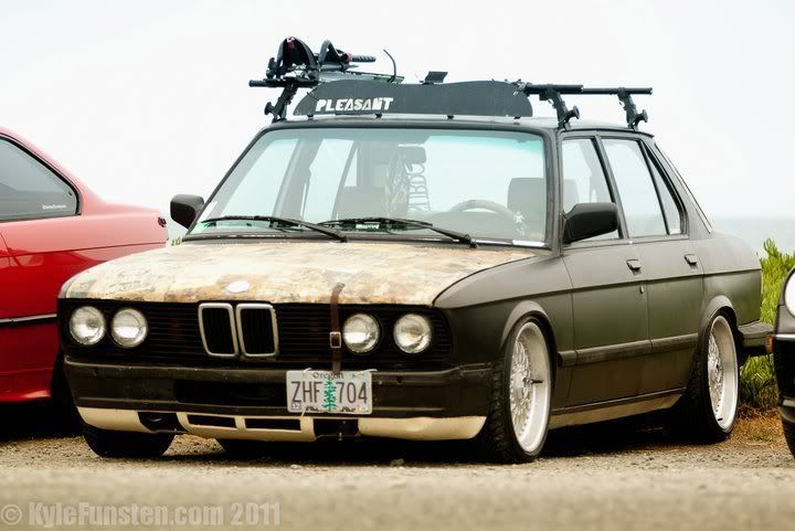 Low BMW e28 with newspapered hood