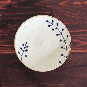 草が2本生えているデザインの小皿です。 おしょうゆ皿や取り皿だけでなく、真ん中におひたしなど副菜を盛り付けて、柄を生かした盛り付けを。