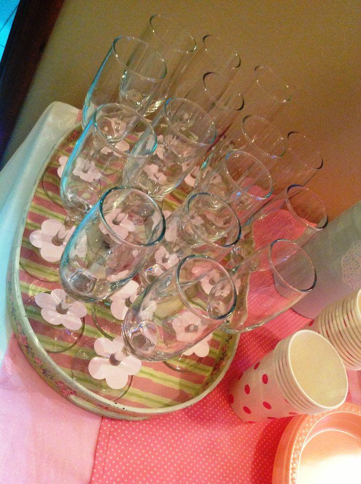 copas para brindis con detalle decorativo de flor