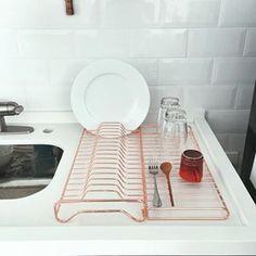 Eis que de repente um escorredor de pratos te encanta.   14 imagens de lares minimalistas que vão te dar paz de espírito