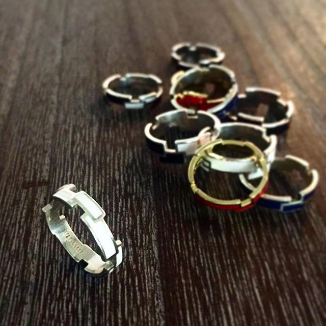無垢のシルバーの柔らかな輝きと、ホワイトの組み合わせ。繊細なnarrowタイプ。 ・ 【RING RECTANGLE】  COLOR:5色  SIZE:7・9・11・13・15・17  MATERIAL:Silver925, Epoxy resin(シルバー925,エポキシ樹脂)  http://invidia.jp/cate11  http://invidia.jp/cate12 ・ http://invidia.jp ・ #accessory#costumejewelry#jewelry#fashion#code#coordinate#ladies#mens#unisex#invidia_jp#madeinjapan#アクセサリー#コスチュームジュエリー#ジュエリー#ファッション#コーデ #コーディネート#レディース#メンズ#ユニセックス#インヴィディア#ring#silver925#color#リング#シルバー#カラー#手元#手元倶楽部