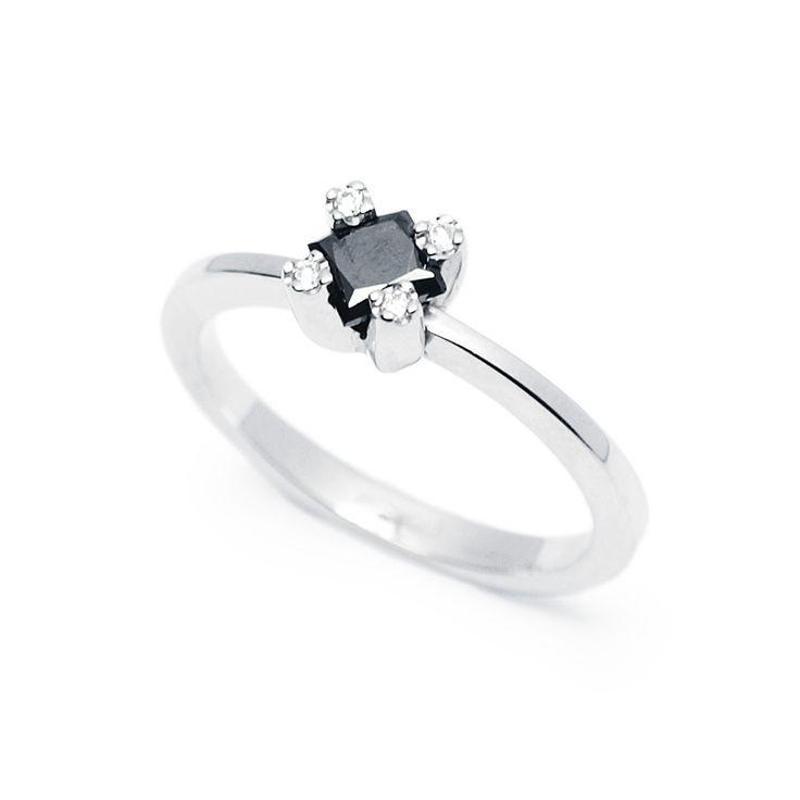 Fehérarany eljegyzési gyűrű fekete princess csiszolású gyémánttal - White gold engagement ring set with black princess cut diamond