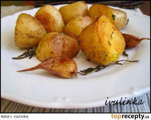 Nové brambory  na másle a bylinkách