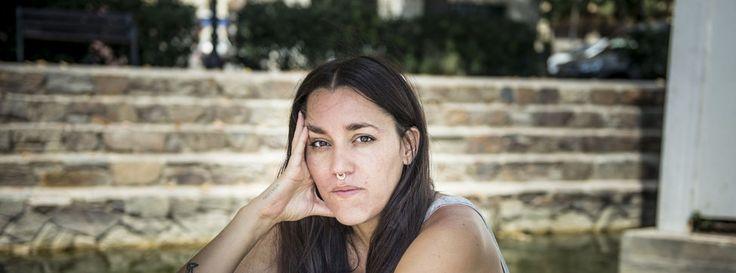 """Daniela Ortiz es una activista y artista peruana que investiga y cuestiona el sistema de control migratorio de la UE""""Es insultante que ese ayuntamiento que pretende cerrar el CIE esté apoyando a la policía en operativos que implican pedir los papeles a estas personas que están en situación irregular""""""""¿Por qué para nosotros derechos humanos y para ustedes todos los demás? Parece que todo se reduzca al d..."""
