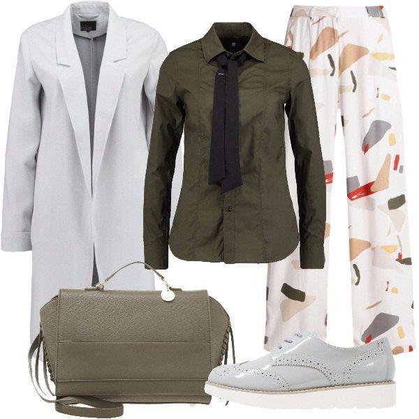 Outfit formato da un pantalone a vita alta con stampa, una camicia in verde oliva con cravatta da tenere legata o slegata a seconda dei propri gusti e un trench grigio chiaro. Una stringata grigia e una borsa a mano in fintapelle khaki completano il look.