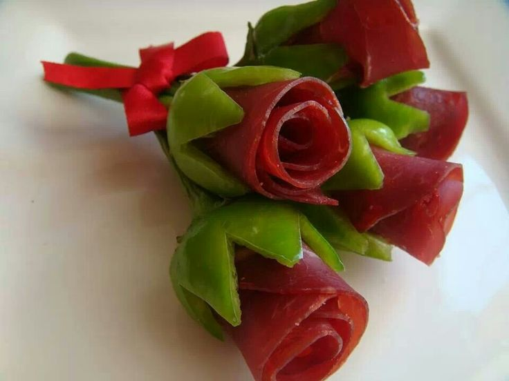 funny food Cool Spanish serrano ham red rose in green pepper #Appetizer #Edible #flower #Bouquet #Appetizer #Valentine's #wedding #quince #romatic #Buffet #catering #decor  +++ Aperitivo Rosas rojas hechas con jamon iberico enrrollado en pimientos verdes Linda decoracion de banquete mesa de fiesta para boda enamorados Centro de mesa comestible Creativa idea - lustiges essen für gross und klein creativ zubereitet