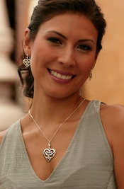 Mexicaanse juwelenset 'Angel Heart' in fijn zilver Deze hartvormige juwelenset is met de hand gemaakt door de mexicaanse ambachtsman Oscar Figueroa Escorcia en bestaat uit een zilveren lange ketting en passende oorbellen. Het is ideaal voor een romantische gelegenheid, dus, heren, laat uw hart spreken! € 249,50- DAISIES & CARAMEL