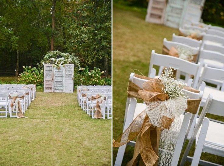 mariage champtre chic et dco vintage avec des portes en bois et chaises ornes de rubans