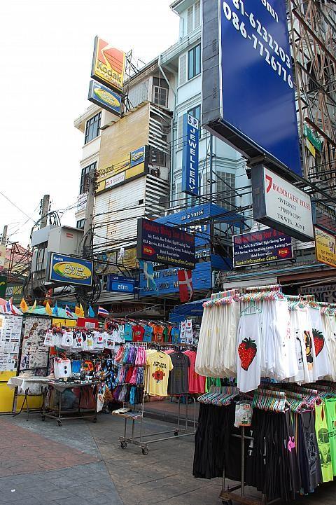 タイ雑貨はやっぱりお土産にもぴったり、そしてハンドメイドは貴重だし、自分用にも洋服を買うバックパッカーも多いそう。カオサンロード