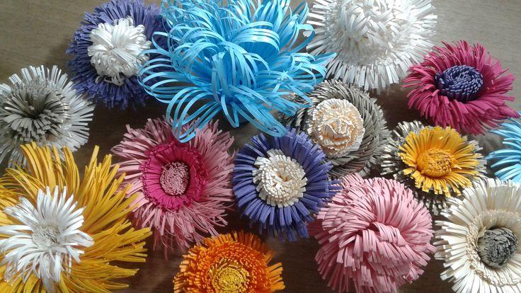 miolinhos de flores de papel gigantes.