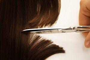 E' una cosa che tipicamente fanno le donne (ma anche alcuni uomini che li portano lunghi): tagliarsi i capelli, con l'intenzione di iniziare da questo atto un cambiamento; solo che, a volte, il cambiamento si ferma lì, al taglio dei capelli, e non prosegue verso l'interno.