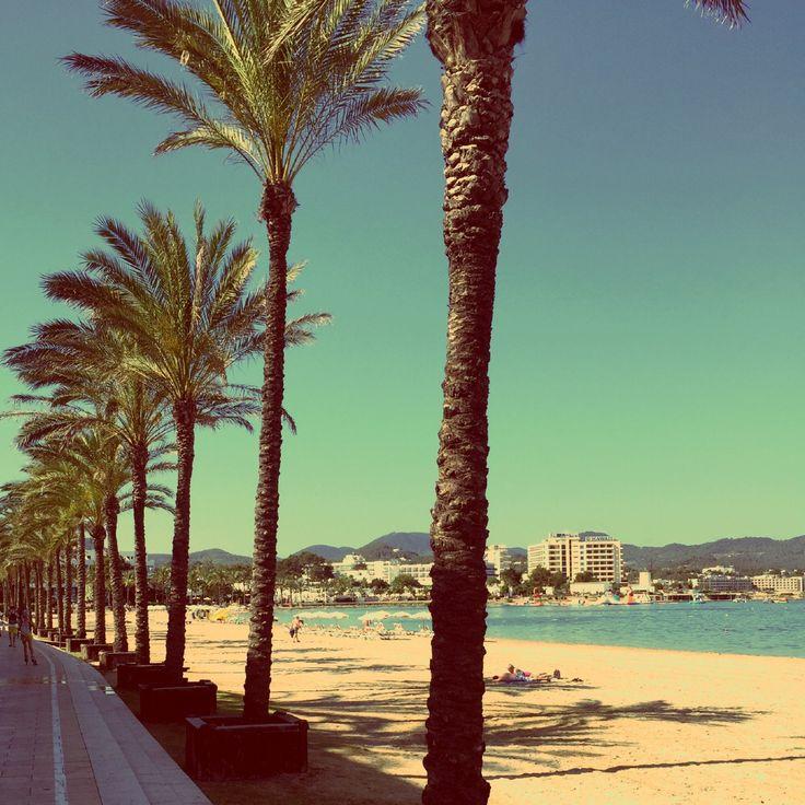 Cada año, mi familia y yo visitamos San antonio, Ibiza. Me visitar encanta Ibiza