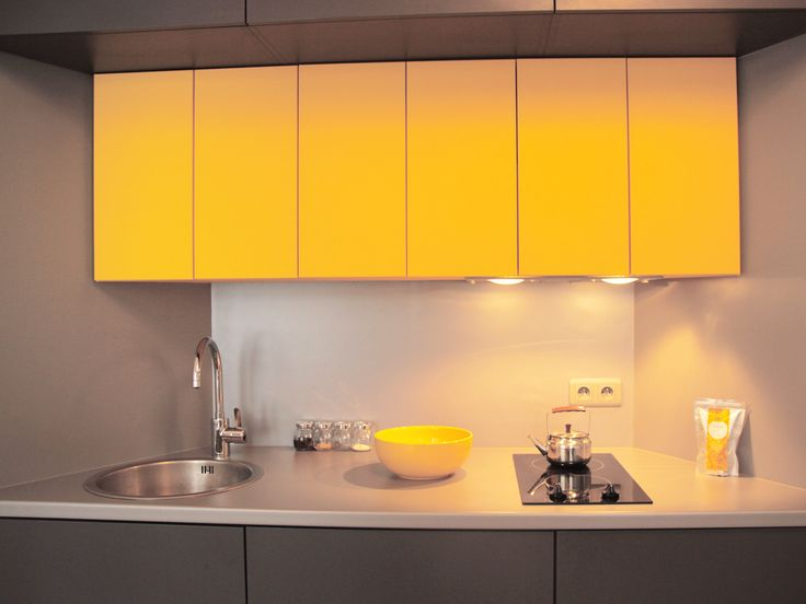 Compact student 39 s kitchen with yellow cupboards www for Rayonnage modulaire ikea