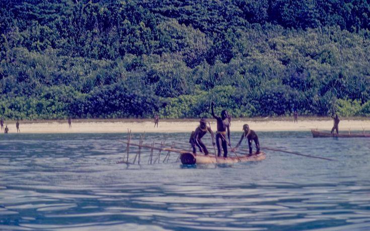 Auf einer kleinen Insel im Indischen Ozean lebt ein Volk, dem niemand zu nahe kommen sollte –denn die Sentinelesen begegnen jedem Eindringling mit Pfeil und Bogen im Anschlag. Wer es wagt, einen Fuß auf North Sentinel Island zu setzen, riskiert sein Leben. Die Insulaner haben einen guten Grund, derart rabiat gegen Fremde vorzugehen. Denn ihre Isolation rettete dem Stamm das Überleben. Ein Satellit nahm die Insel ins Visier.