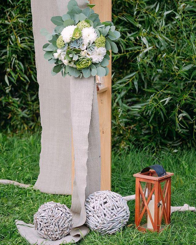 """""""Еще немножко деталей нашей красивейшей арки для свадебной церемонии. Вариантов оформления церемонии может быть множество: колонны, двери, зеркала, ворота или даже живые деревья. Но классика остается классикой - деревянная арка напоминающая по форме священные ворота тории, украшенная цветами и тканями. Кстати, в этот раз мы взяли на время фамильный лен ручной работы, который передается в семье невесты из поколения в поколение. Он идеально вписался в стилистику эко-свадьбы.  Some more details…"""
