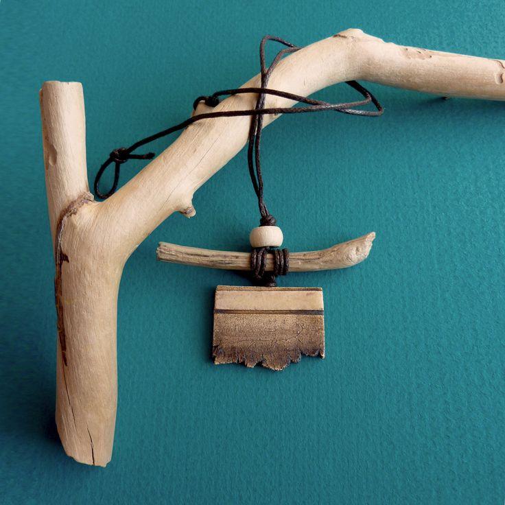 Keramický náhrdelník FRAGMENT (5) Originální keramický náhrdelník z kolekce FRAGMENT. Zapínání na očko a korálek. Délku lze upravit. Každý kus je originál. Celková délka: 41 cm (lze upravit) Přívěsek: cca 4x7 cm