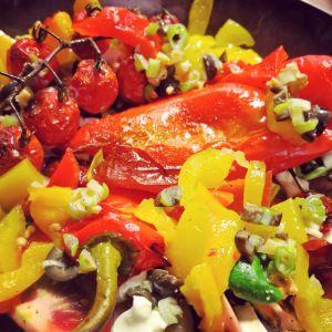 veldsla met geroosterde puntpaprika's, tomaten en mozzarella