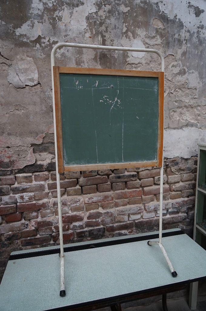 Brocante kinderschoolbord. In de loods en de webshop van Grijs en Groen is een  regelmatig wisselend aanbod aan kindermeubilair en kinderaccessoires te vinden.