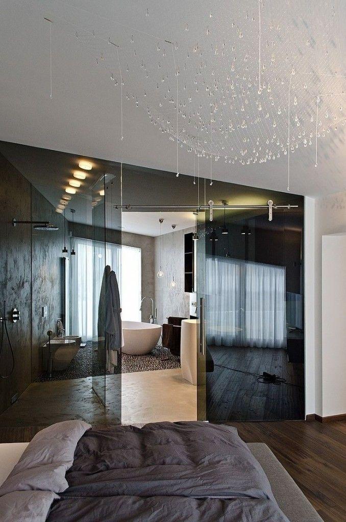Badkamer in je slaapkamer. Glazen wand | waarom zou je die rare hoek in je kamer gebruiken voor een inloopkast als je er ook een badkamer van kan maken? De donkere glazen wand oogt chique en laat de ruimte ruim lijken.