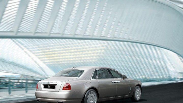 De Ghost is technologisch de meest geavanceerde Rolls-Royce ooit gebouwd. Ontworpen rond een stalen monocoque chassis en een geavanceerd luchtveringsysteem inclusief Dynamic Stability Control en Active Roll Stabilisation om een dynamischer rijgedrag te creëren met behoud van de 'magic carpet ride'.