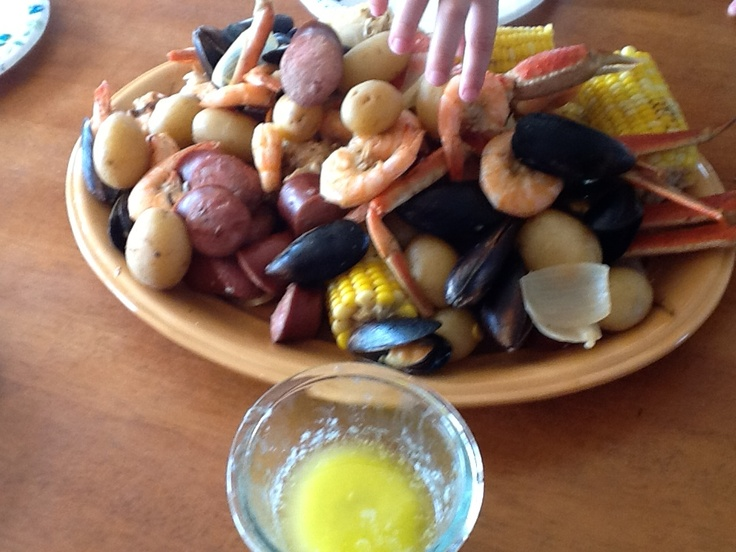 In the mood for joes crab shack but decided to make it myself Crab legs, mussels, shrimp, potatoes, kielbasa, corn, onion, lemon, old bay and of course melted butter for dipping. Cooked it all in a large pot with a bottle of blue moon beer. Family loved it.: Crabs Shack, Crab Legs, Joe Crabs, Courses Melted, Crabs Legs, Large Pots, Blue Moon, Melted Butter, Favorite Recipes