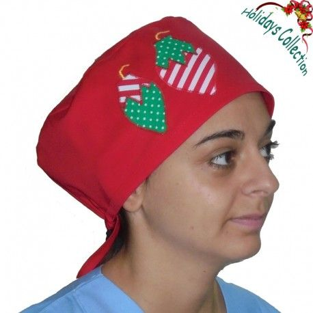 This lovely Christmas scrub hat is suitable for all medical or surgical purposes. It is decorated with two Christmas ornaments on the one side!