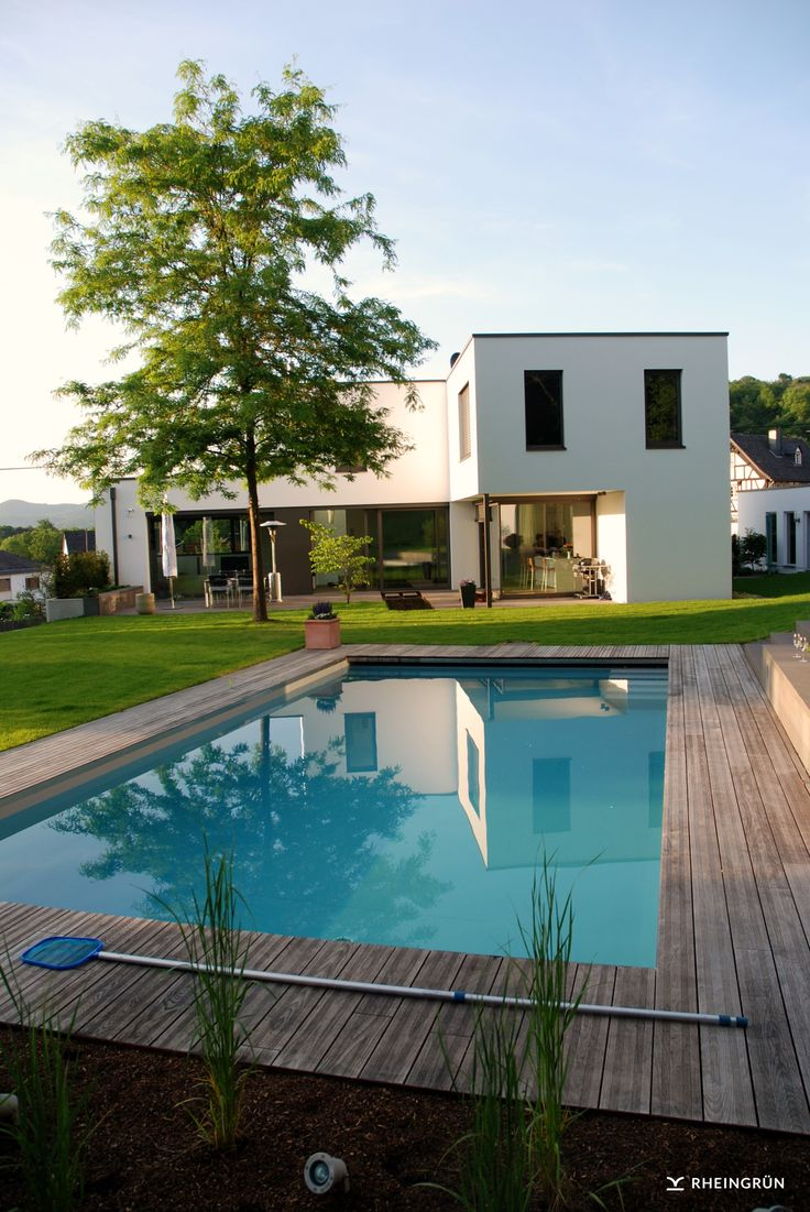 Moderne Gartengestaltung mit großem Pool und extr…