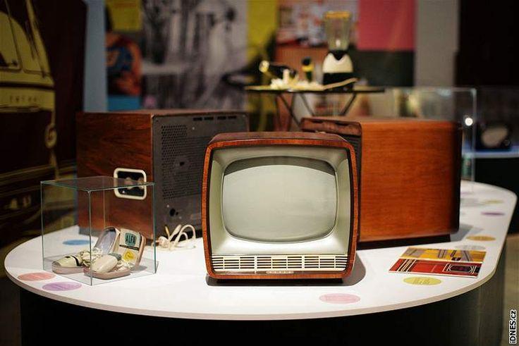 """Výstava Bruselský sen EXPO 58: Životní styl a design 1. poloviny 60. let. - Televizor Tesla 4216U """"Jantár"""", 1963. Dřevo, sklo, plast. Tesla: Orava."""
