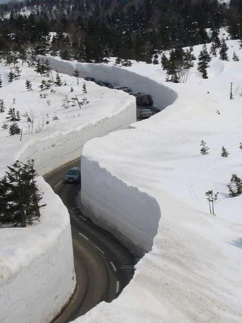 Carretera en Japón con nieve alrededor de más de 10 metros de altura.