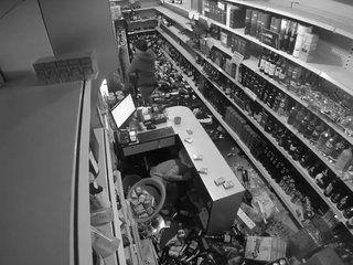 Vivre un tremblement de terre au rayon Boissons et vin d'un magasin... Dangereux!