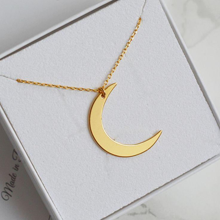 Złoty naszyjnik z księżycem. Kup na: https://laoni.pl/Zloty-naszyjnik-celebrytka-ksiezyc #złoty #naszyjnik #celebrytka #księżyc #biżuteria
