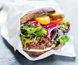 Vesi nousee kielelle, kun pelkästään katsoo Uulits Tänavagurmeen burgereita. Tallinnan suosituimpiin burgerpaikkoihin kuuluva ravintola valmistaa pihvit, kastikkeet ja majoneesin tuoreista raaka-aineista. Myös vegeburgereita on tarjolla. Uulits Tänavagurmee löytyy nyt sekä Kalamajasta että Kadaka teeltä Mustamäen tuntumasta. #tallinna #tallinn #eckeröline #uulitstänavagurmee