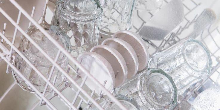 Zit er een lelijke waas op je glazen? Met DEZE handige tip zijn ze zo weer glashelder!