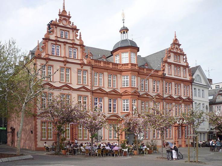"""House """"Zum Römischen Kaiser"""" with the older part of the Gutenberg Museum in Mainz"""