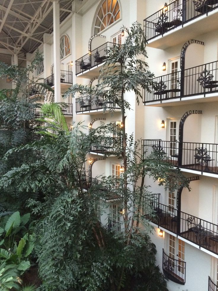 Like to save money? Like travel? Here's how to save money at the Gaylord Opryland Hotel in Nashville.