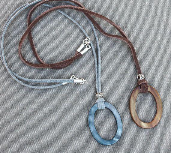 Soporte para gafas - collar de la lente. Madre de perla lazo Oval marrón en cuero o cordón de gamuza. Soporte para gafas - correa.