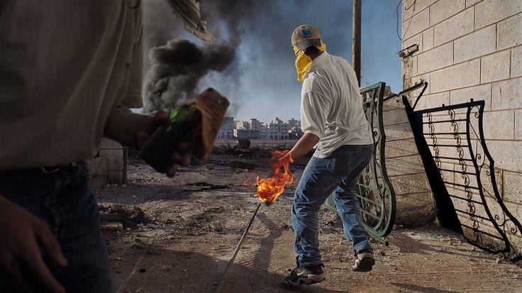 Un grupo de palestinos se enfrenta al Ejército israelí en Cisjordania. / JAMES NACHTWEY / AGENCIA CONTACTO