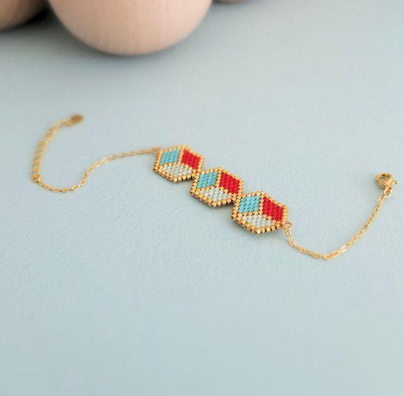 Modèle graphique de 3 cubes façon 3D, entièrement tissé à laiguille, ce bracelet est une pièce de charme qui aura une place de choix dans