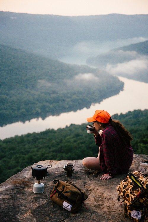 Mujer tomando café en una montaña