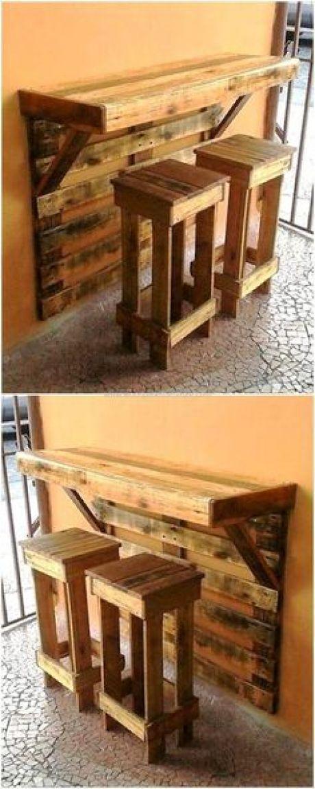 Dies ist ein künstlerisch gestalteter Palettentisch aus Holz, der …, #bewusst