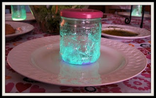Fairies in a jar. I'm gonna do this as a party decoration with empty baby food jars :)
