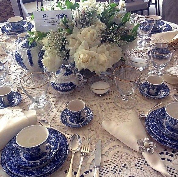 Dorinha Chaer Lopes arrasou com sua mesa e as lindas rosas brancas!