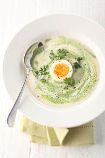 Serviervorschlag für Grün-weiße Petersilienwurzel-suppe mit wachsweich gekochtem Ei