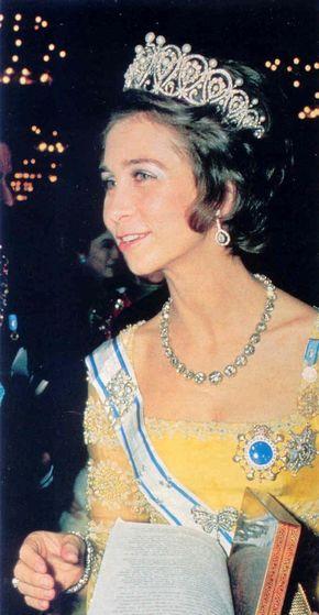 TIARA DE LA REINA MARÍA CRISTINA  Usada por primera vez en 1906 por la reina María Cristina, tiene forma de lágrimas invertidas y ha sido una de las piezas menos usadas por la Reina Sofía.
