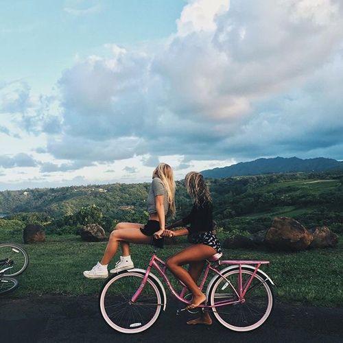 Imagen de girl, friends, and bike